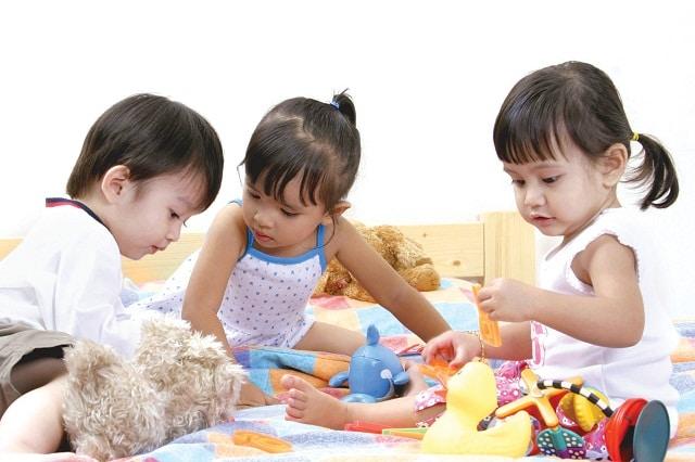 Chỉ dạy cho bé cách hòa đồng và cư xử đúng đắn với bạn bè