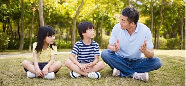 Bố mẹ phải xây dựng hành động đúng đắn trước khi muốn trẻ làm theo