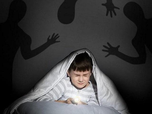 Bố mẹ nên tập cho bé làm quen với bóng tối