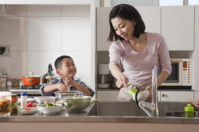 Bố mẹ có thể kết hợp dạy kỹ năng sống cho bé ngay tại nhà