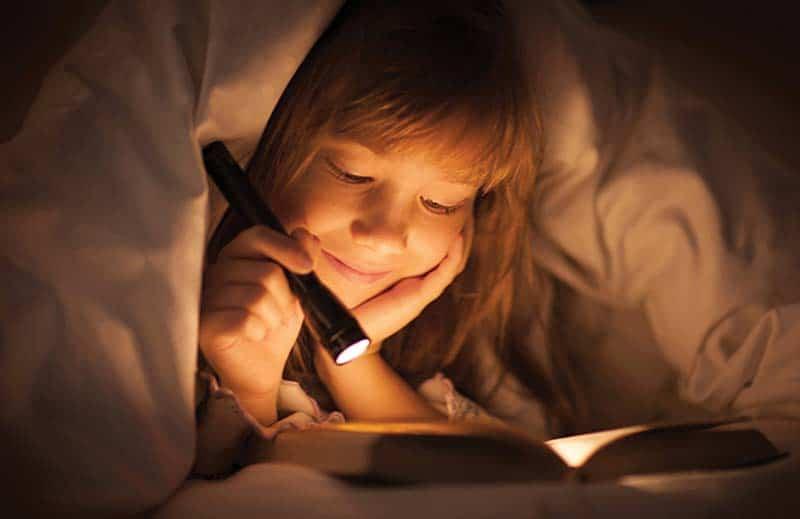 Tại sao không nên đọc sách ở nơi thiếu ánh sáng trên tàu xe bị xóc nhiều?